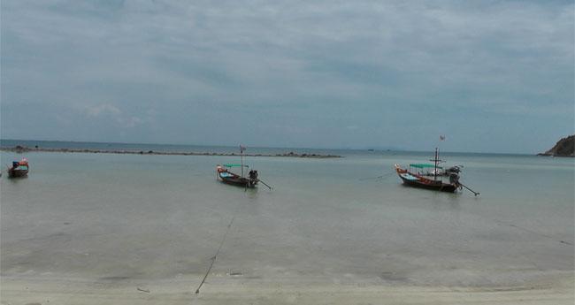 Ich war im Mai in Haad Salad. Aufgrund des vielen Regen und des Sturms sieht der Strand ein wenig mitgenommen aus. Das Meer war stark zurückgegangen, so dass es kaum möglich war zu schwimmen. Man sieht auch ganz gut, dass die Longtailboote fast auf dem Meeresgrund aufsetzen.