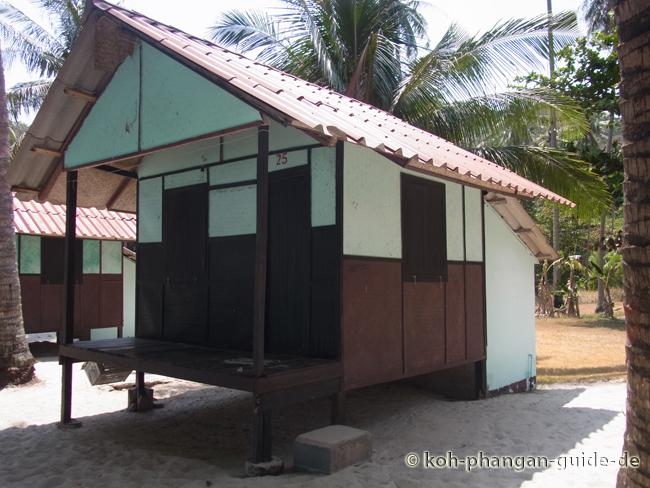 Die Hütten in der ersten Reihe am strand kosten 350 THB pro Nacht.