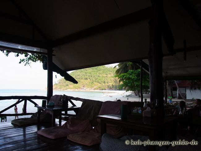 Blick vom chilligen Restaurant auf den Strand.