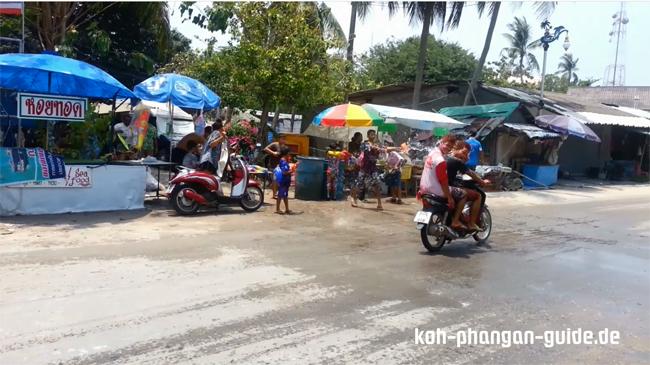 Nasse Rollerfahrer in Thong Sala.